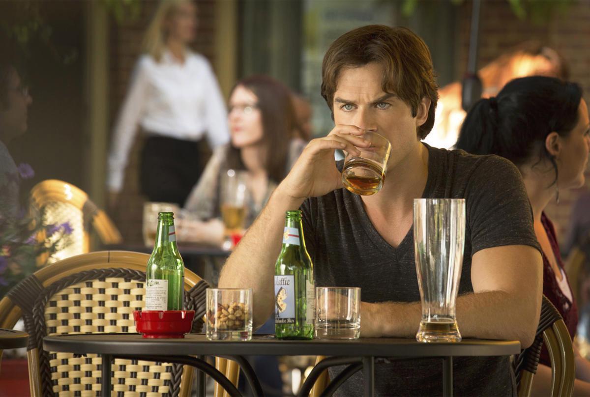 Φωτογραφία από την έβδομη σεζόν του The Vampire Diaries με τον Damon στην Ευρώπη.