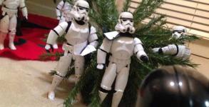 Φτιάχνοντας το χριστουγεννιάτικο δέντρο με τους Troopers [Photos]