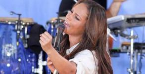 Η Έγκυος Alicia Keys έπεσε στην σκηνή! [Video]